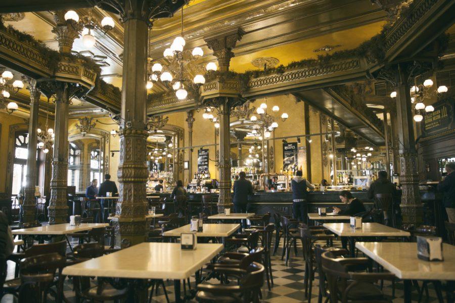Bienvenido al Café Iruña, en el corazón de la ciudad